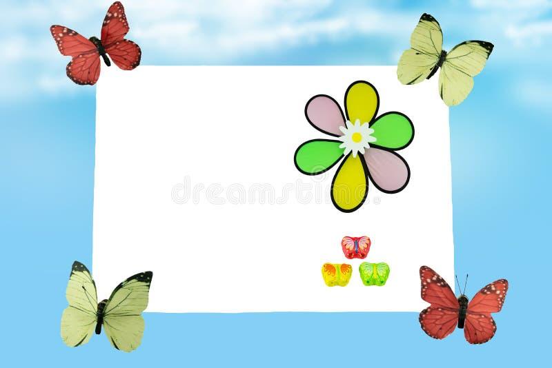 Fyra fjärilar bär barn för ett meddelande allra ut in i världen på barndag Lycklig barndag Utrymme för din idérika t royaltyfri illustrationer