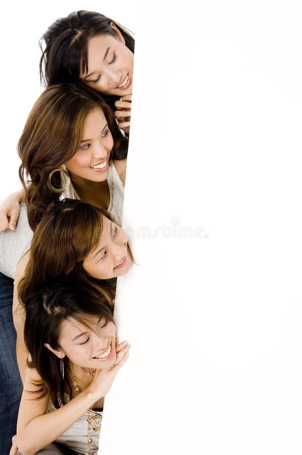 Fyra flickor och tecken royaltyfri bild