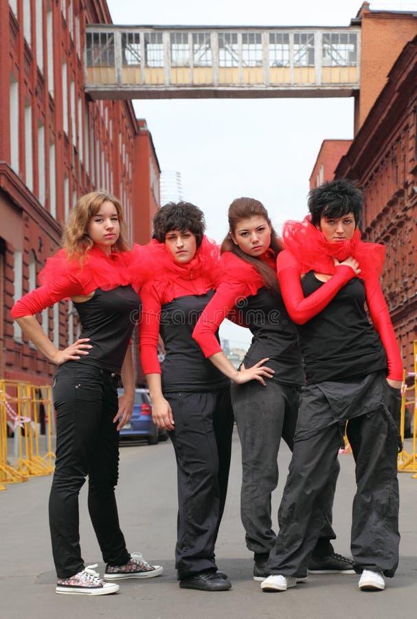 fyra flickor som plattforer gatan royaltyfri foto