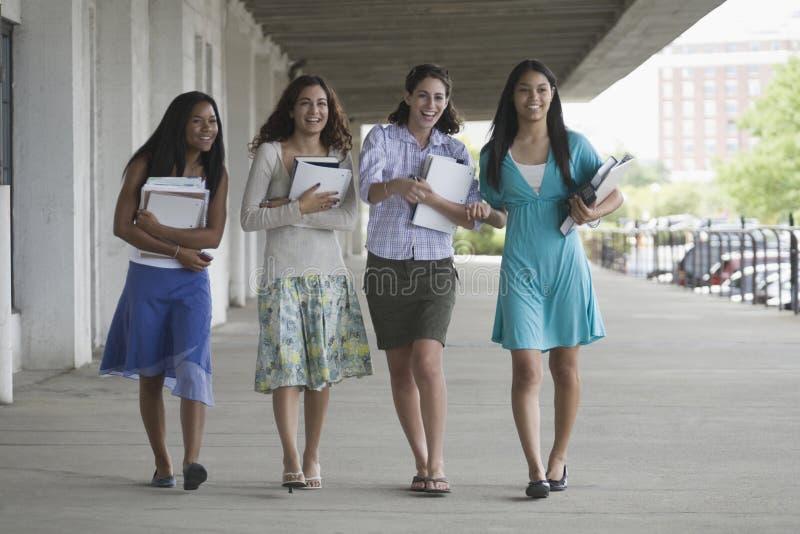 fyra flickor som ut hänger tonårs- royaltyfri fotografi