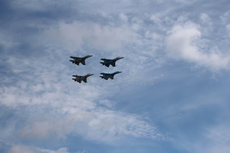 Fyra flygplanstridkämpar militära kämpar som stora starka kraftiga en SU-34 flyger i himlen royaltyfria foton