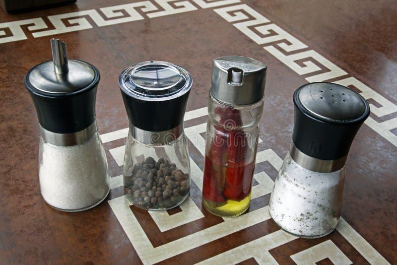 Fyra genomskinliga cans är på den plast- tabellen fotografering för bildbyråer