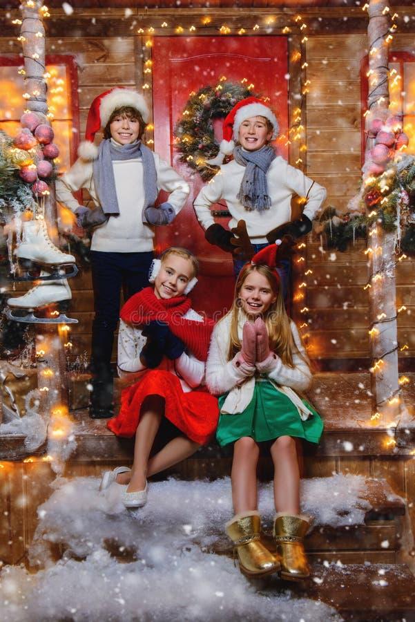 Fyra gladlynta barn royaltyfri foto