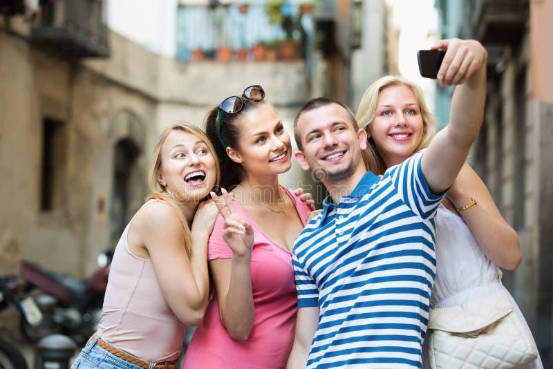 Fyra gladlynta le vänner som tar självståenden royaltyfria foton