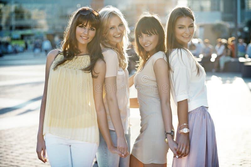 Fyra härliga damer i tillfälligt poserar arkivbilder