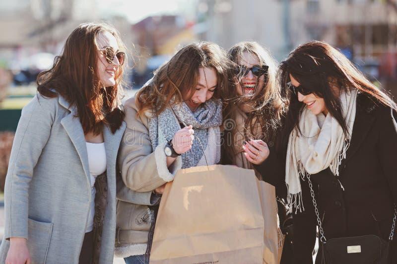 Fyra härliga kvinnor går runt om staden royaltyfri bild