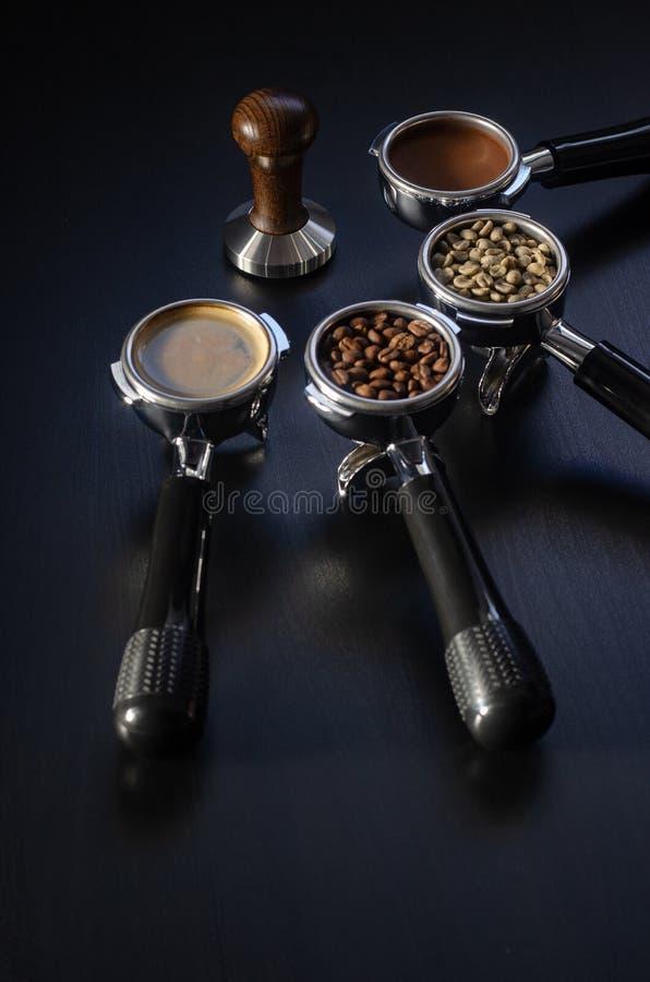 Fyra h?llare med gr?nt, grillat, jord- och varmt kaffe och att fiffla, utrustning f?r framst?llning av nytt bryggat kaffe arkivfoto