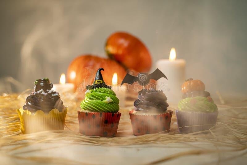 Fyra halloween cupcakes, i rök, studio shot royaltyfri fotografi