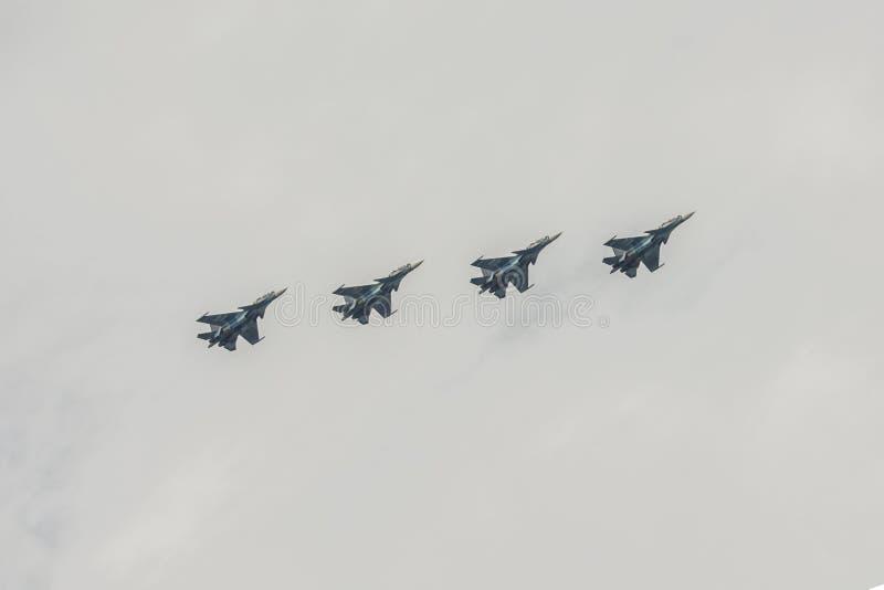 Fyra kämpar som kan användas till mycket SU-27 i den molniga himlen arkivbilder