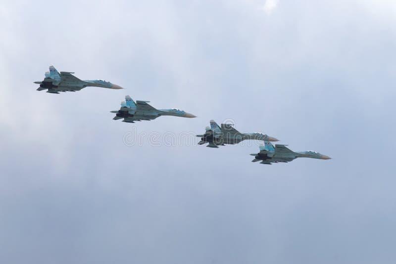 Fyra kämpar SU-27 som kan användas till mycket i den molniga himlen Fragmentet av militären ståtar i hedern av Victory Day arkivbilder