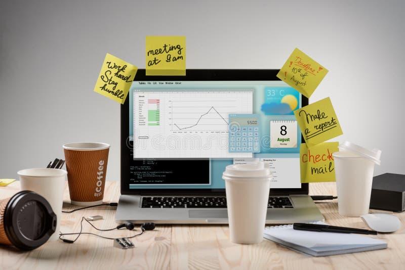 Fyra koppar kaffe på arbetsplatsen arkivfoto