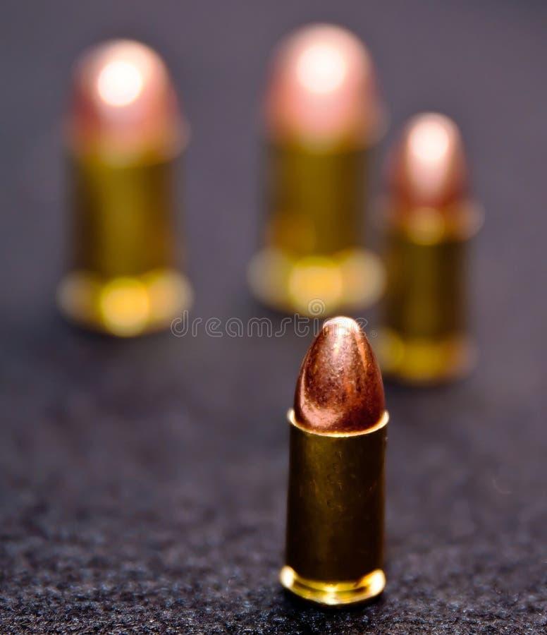 Fyra kulor, två 9mm och två kaliber 45 royaltyfria foton