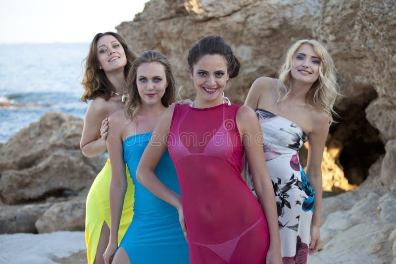 Fyra kvinnor på stranden fotografering för bildbyråer