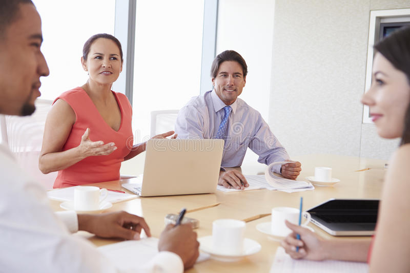 Fyra latinamerikanska Businesspeople som har möte i styrelse royaltyfri foto