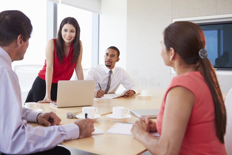 Fyra latinamerikanska Businesspeople som har möte i styrelse fotografering för bildbyråer