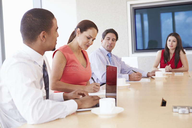 Fyra latinamerikanska Businesspeople som har möte i styrelse royaltyfri fotografi
