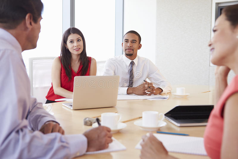 Fyra latinamerikanska Businesspeople som har möte i styrelse arkivbilder