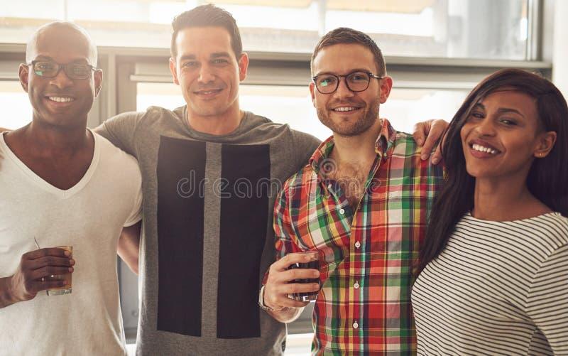 Fyra le vuxna vänner i regeringsställning royaltyfri foto