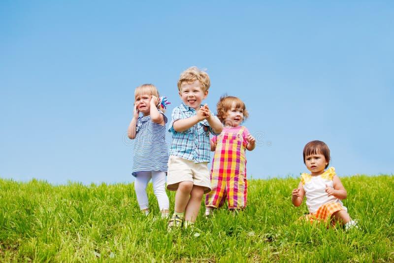 fyra litet barn arkivbilder