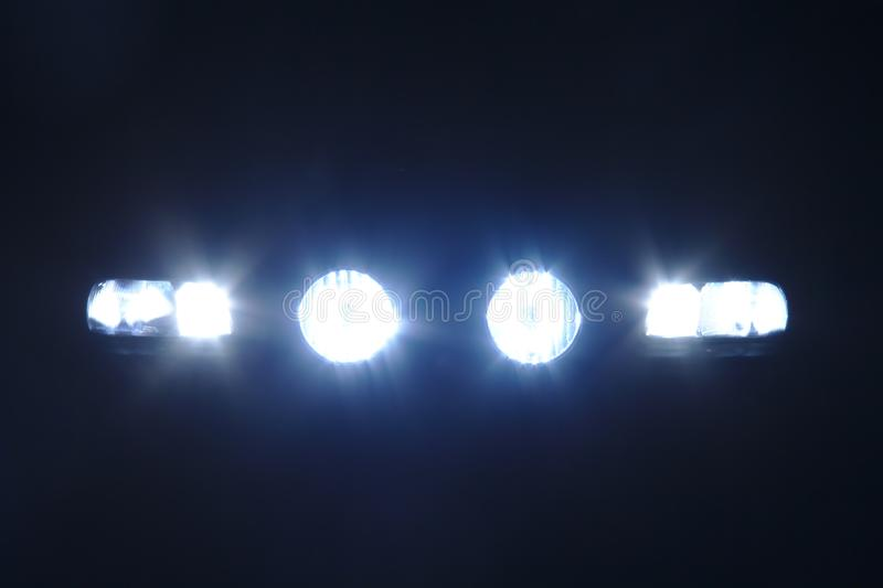Fyra ljusa billyktor fotografering för bildbyråer
