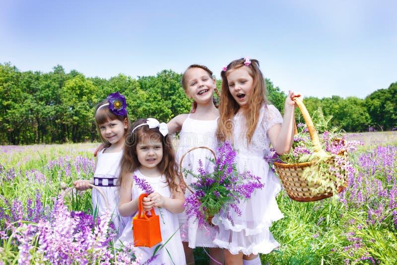 fyra lyckliga flickor royaltyfri fotografi