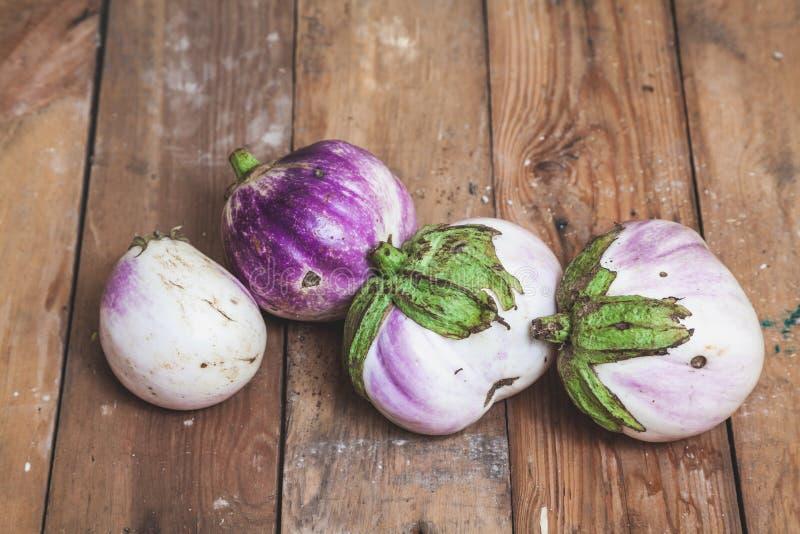 Fyra mogna auberginevariationer av bumboen ligger på bräden royaltyfria foton