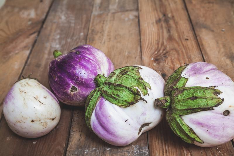 Fyra mogna auberginevariationer av bumboen ligger på bräden royaltyfri foto