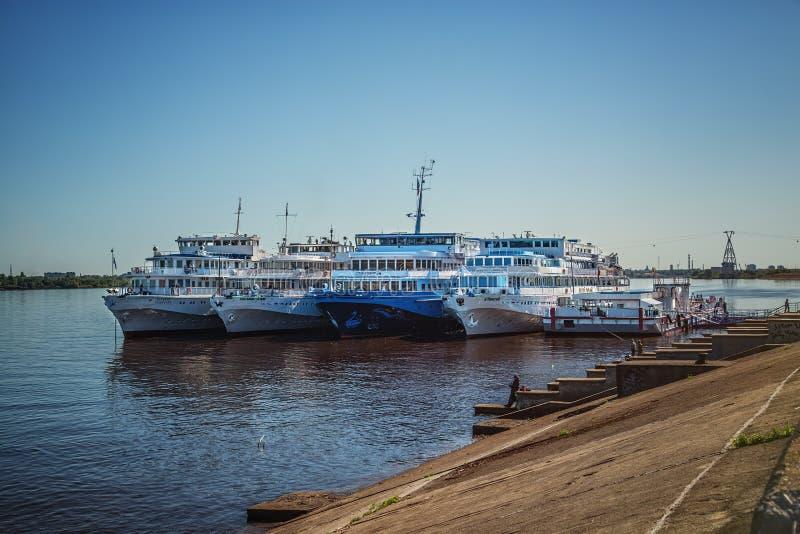 Fyra passagerareskepp på den Nizhny Novgorod hytten arkivfoto