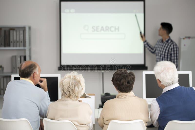 Fyra pensionärer under föreläsning arkivfoto