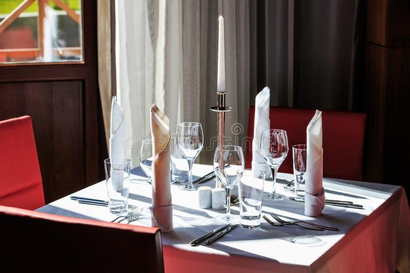 Fyra - persontabelluppsättning för ett mål i en restaurang fotografering för bildbyråer