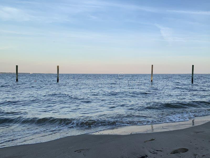 Fyra Poles i fjärden - strandsikt royaltyfria bilder
