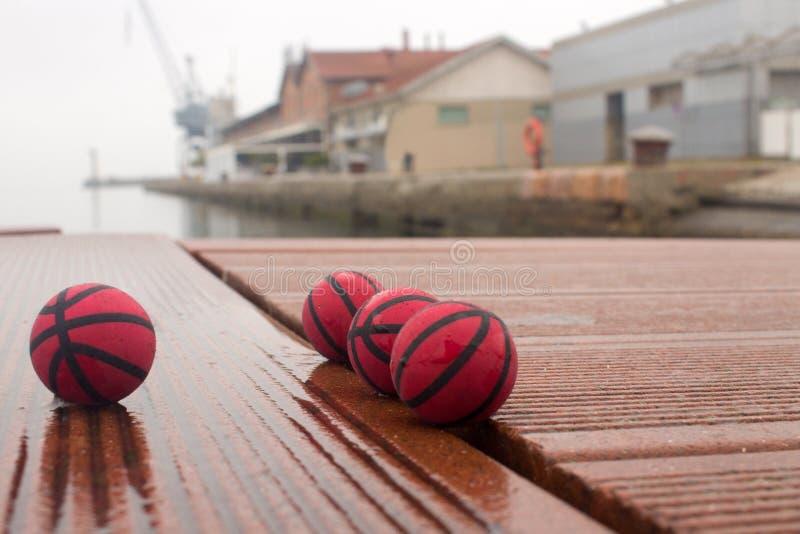 Fyra röda basket på panelerna av den tråkiga dagen för hamn arkivbild