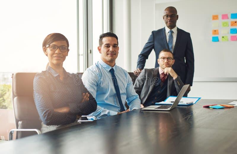 Fyra säkra lyckade affärspartners arkivbild