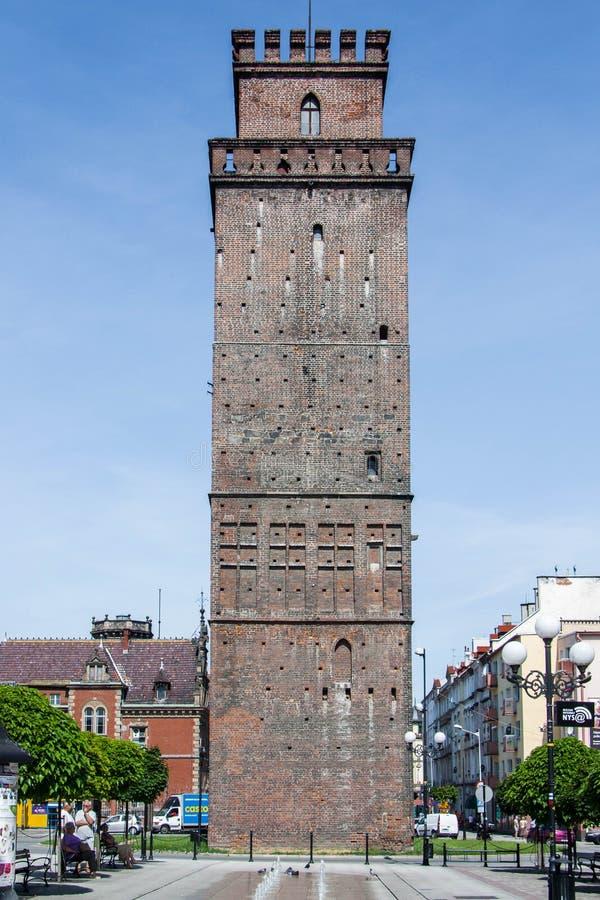 Fyra-sid- gotiskt ZiÄ™bice torn från 1350 I försvarväggarna var det ett porttorn arkivfoton