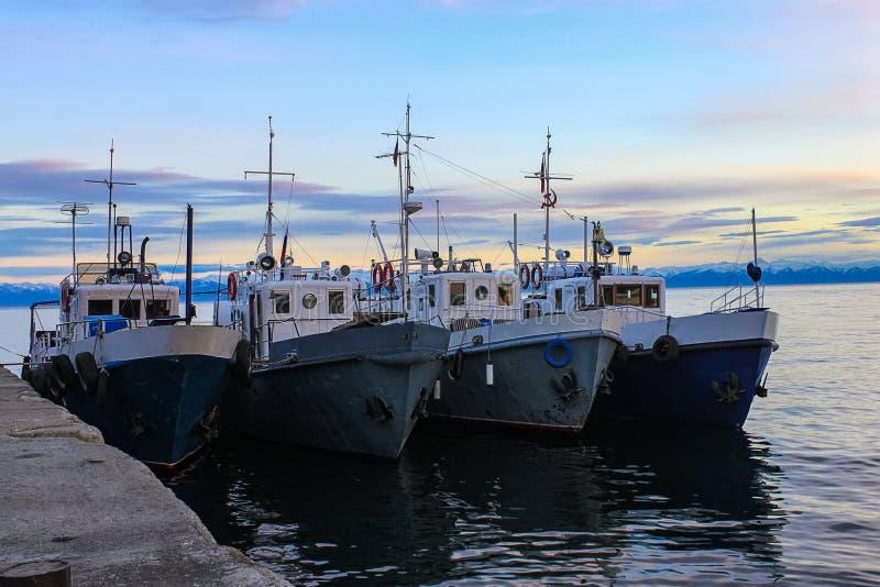 Fyra skepp på pir baikal lake arkivfoton