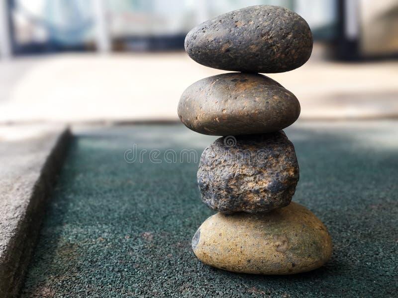 Fyra stenar som balanserar trotsa gravitation royaltyfri bild