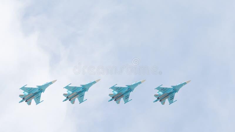 Fyra Su-34 i himlen arkivbild