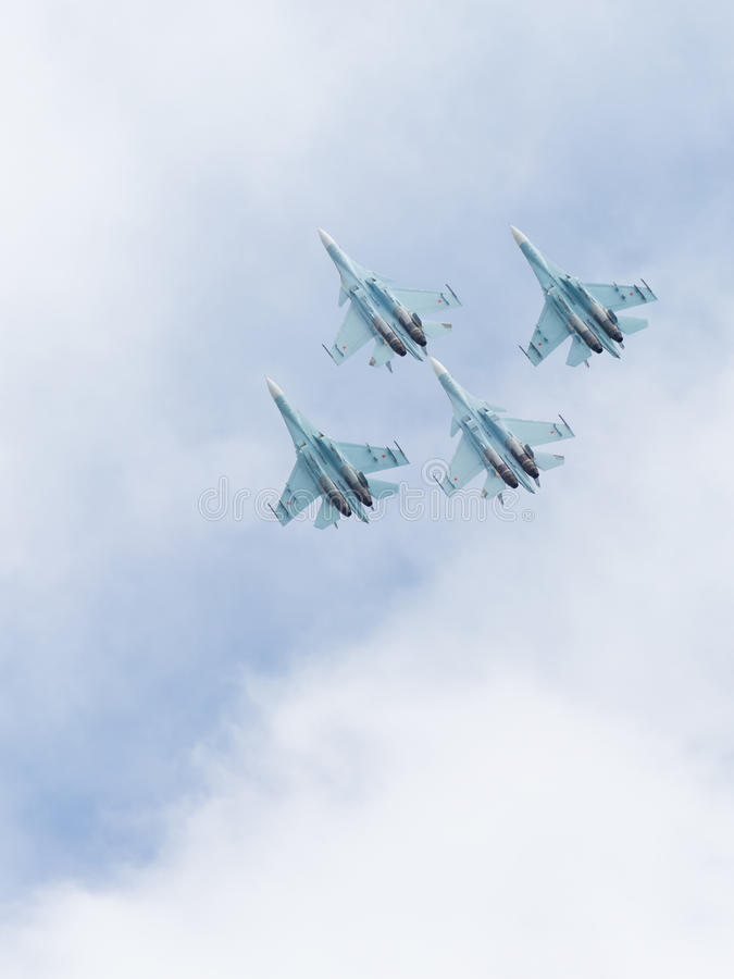 Fyra Su-30 som högt flyger i himlen royaltyfria foton