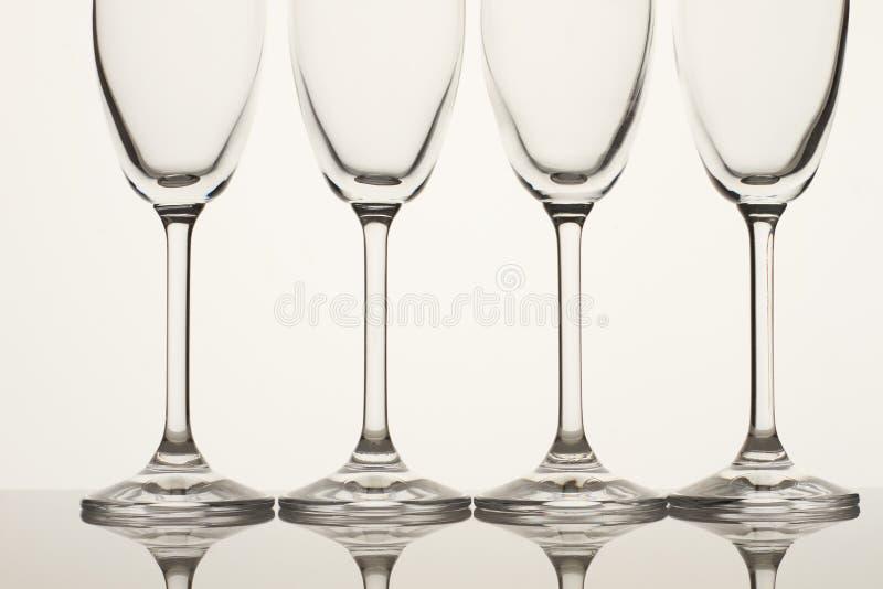 Fyra tomma champagneexponeringsglas tätt upp royaltyfri fotografi