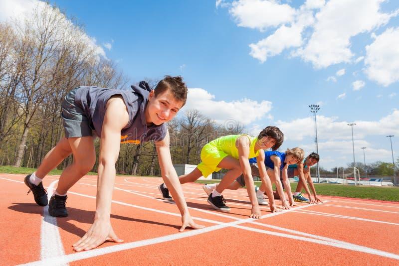 Fyra tonårs- löpare ställde upp klart att springa arkivfoto