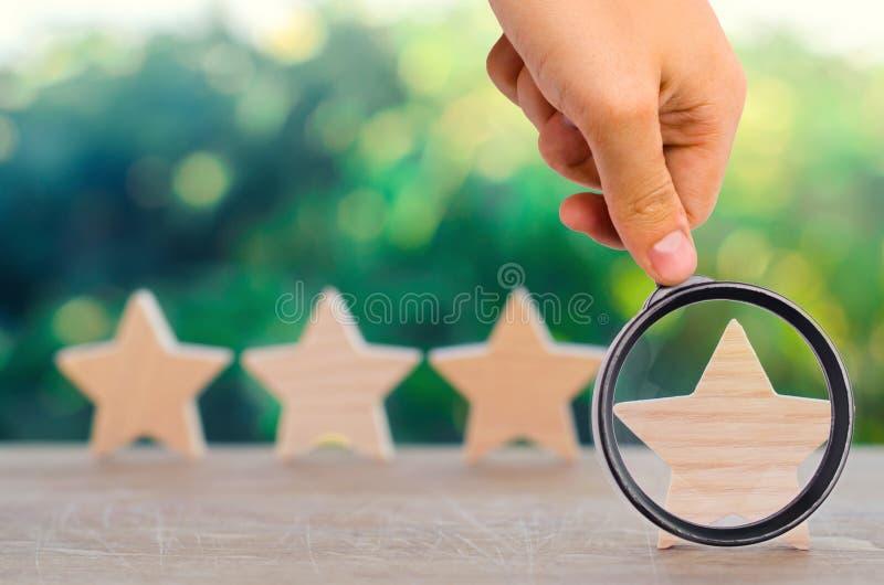 Fyra trästjärnor Begreppet av värderingen och utvärderingen Tjalla fotografering för bildbyråer