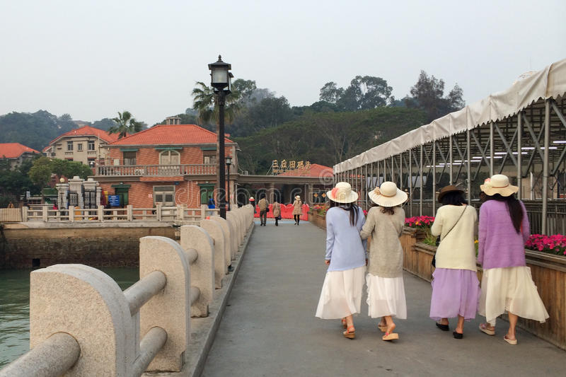 Fyra unga damer som går på en hamnplats i den Gulangyu ön i den Xiamen staden, Kina royaltyfria foton
