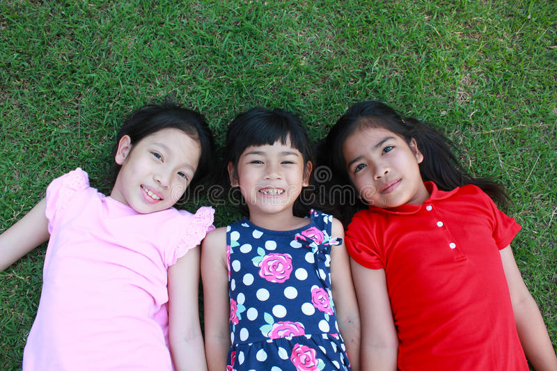 Fyra ungar som har gyckel i parkera royaltyfri foto