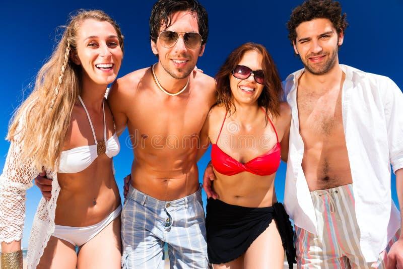 Vänner på strand semestrar i sommar arkivfoton