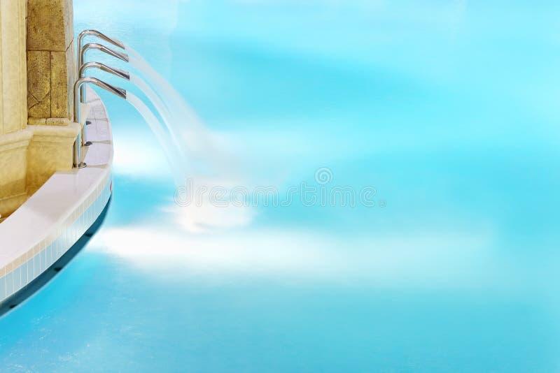 Fyra vattenstrålar i pöl med rent blått vatten arkivbild