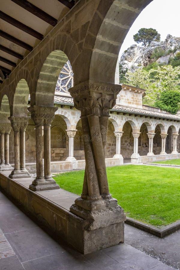 Fyra vridna kolonner på kloster av kyrkan av San Pedro de la Rua, Sts Peter kyrka i Estella-Lizzara, Navarre Spanien fotografering för bildbyråer