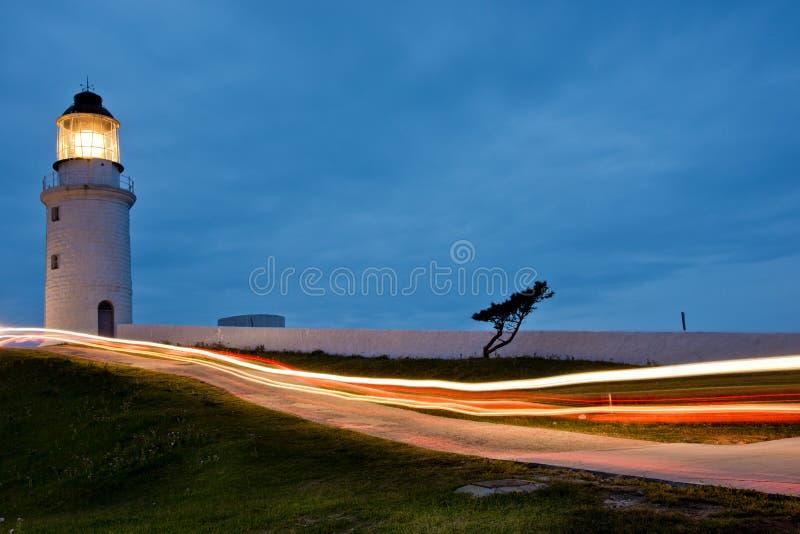 Fyren av ljus med billjus i natten arkivbild