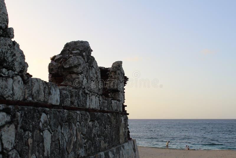 Fyren fördärvar alltid att hålla ögonen på som alltid är klart framme av havet royaltyfri bild