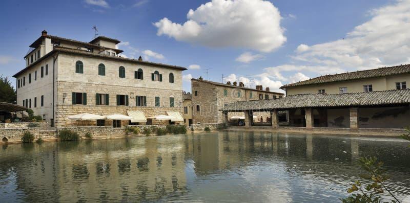 Fyrkant av källor på Bagno Vignoni arkivfoto