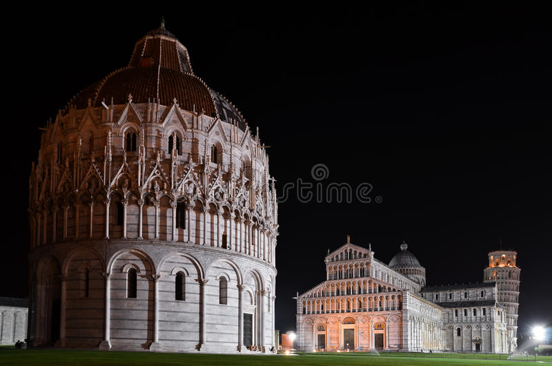 Fyrkant av mirakel i Pisa vid natt arkivfoton